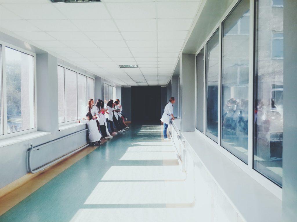 obrazek przedstawiajacy korytarz szpitalny